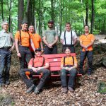 Ein roter Stuhl mitten im Wald? Was soll denn das?