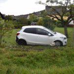 Auffahrunfall bugsiert Mazda in Vorgarten