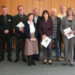 Landrat Stefan Dallinger gratuliert insgesamt zehn Mitarbeiterinnen und Mitarbeitern zum 40. Dienstjubiläum