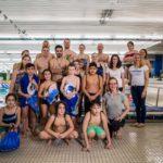 Olympia-Schwimmer springen mit KinderHelden ins Becken