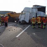 Erneut schwerer Unfall: LKW rast in Muldenkipper