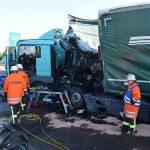 LKW schiebt Hängerzug in Stauende