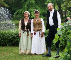 Dorfschulmeister trifft Dorfbrunnen-Korrespondentinnen