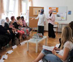 Zugewanderte Frauen informieren sich über Ausbildungsmöglichkeiten