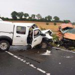 Ford schleudert auf regennasser Fahrbahn in Peugot