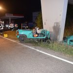 Opel-Fahrer kracht mit hoher Geschwindigkeit gegen Brückenpfeiler und stirbt in den Trümmern