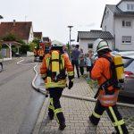 Junge Frau versucht Brand im Schlafzimmer zu löschen und erleidet Verbrennungen
