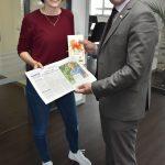 Oberbürgermeister Jörg Albrecht gratuliert Saskia Hummel