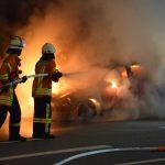 Auf dem Weg in die Werkstatt: Opel brennt bei Hilsbach lichterloh